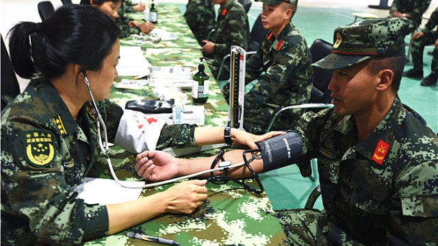 武警云南总队医院医疗服务小分队到香格里拉为官兵查体问诊