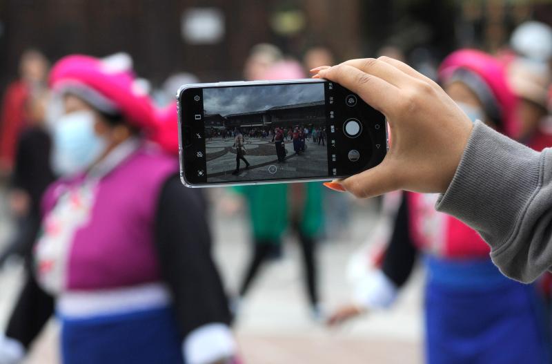 游客在香格里拉市独克宗古城拍摄民族健身舞