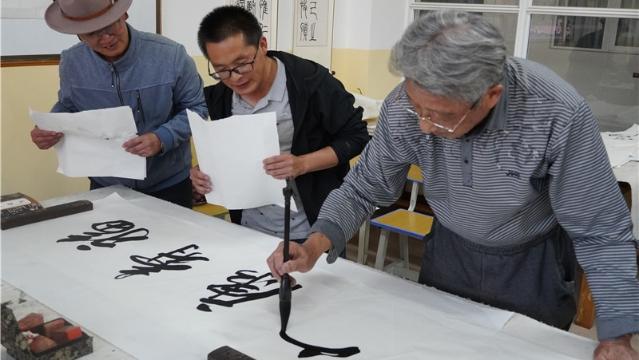 画家团队走进迪庆 将书画艺术融入旅游景区和美丽村镇建设中