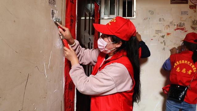 志愿者到结对小区正泰龙苑开展环境整治活动
