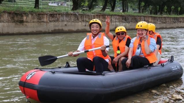 游客在腊普河进行漂流观光体验