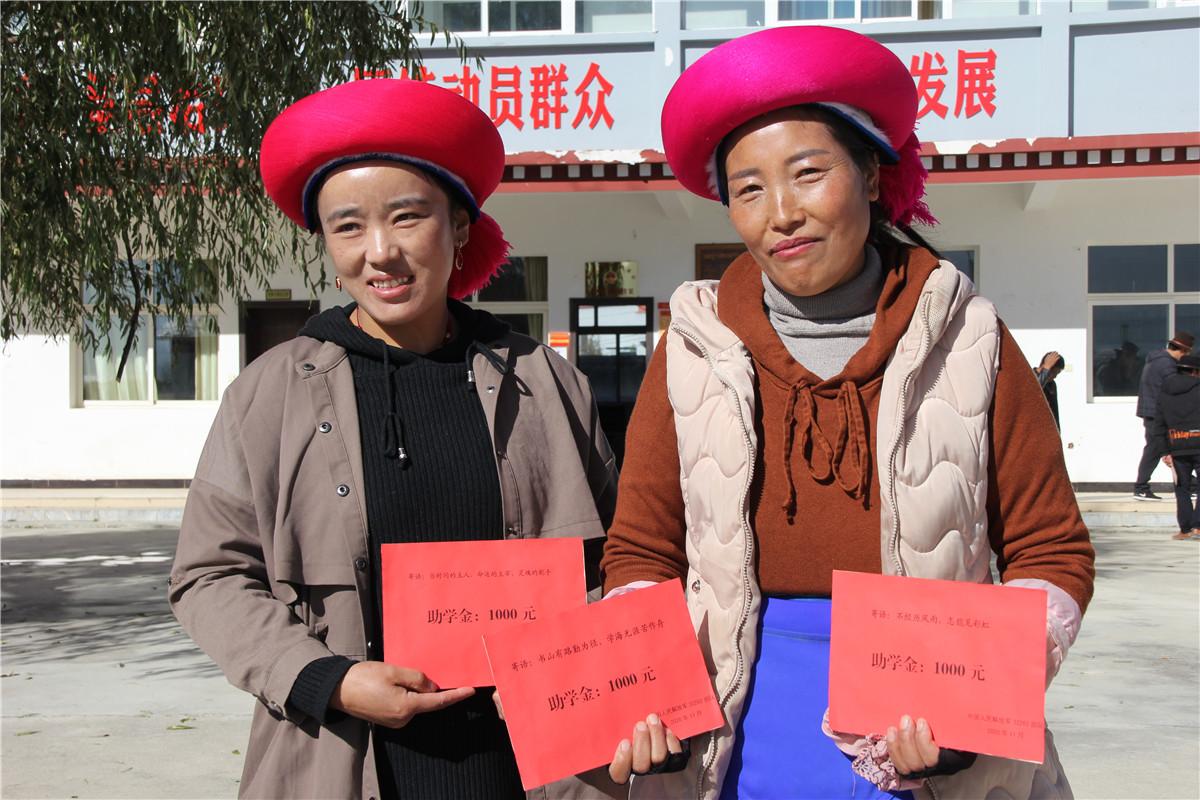 解放军某部官兵到尼史村开展捐资助学活动