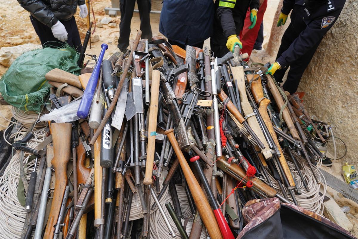 迪庆警方集中销毁非法枪爆物品