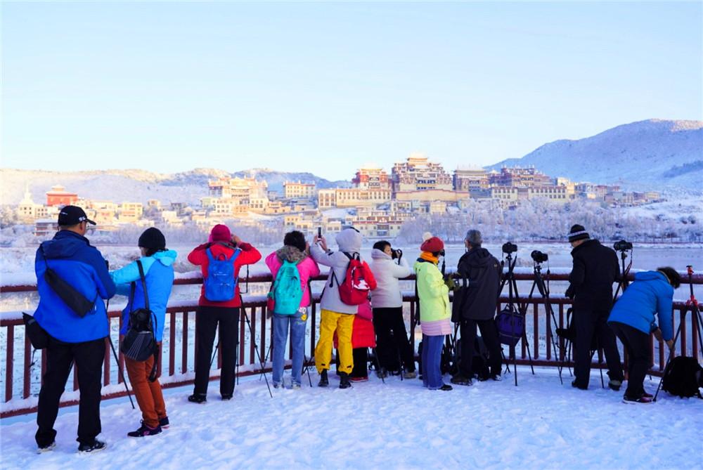 一场雪让松赞林寺成了梦幻般的冰雪世界