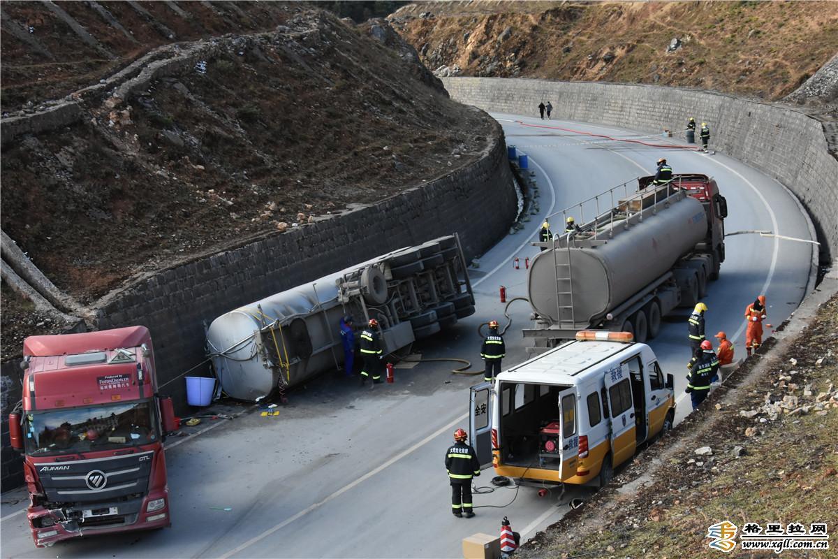 迪庆成功处置一起30吨汽油罐车侧翻泄漏交通事故