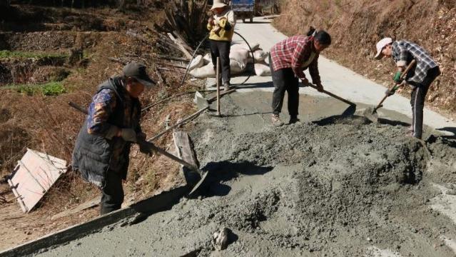 虎跳峡镇群众自发修缮田间路