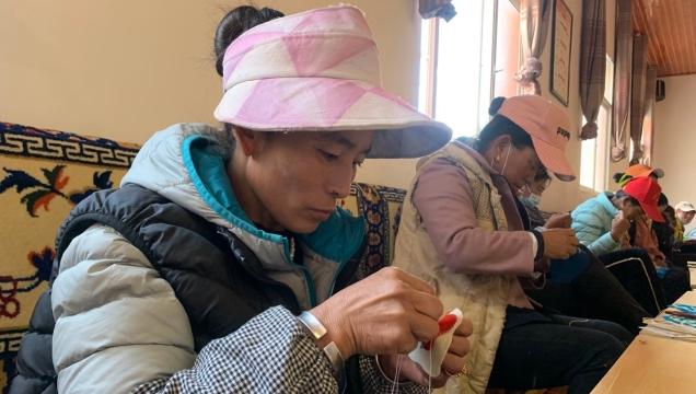 德钦县总工会组织开展藏式手工艺品培训