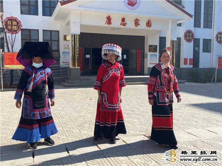 她们载歌载舞欢庆脱贫后的第一个春节