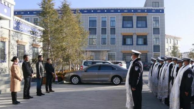 香格里拉市四套班子看望慰问春节值班值守人员