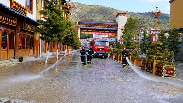 迪庆消防救援支队:帮助清洗城市路面