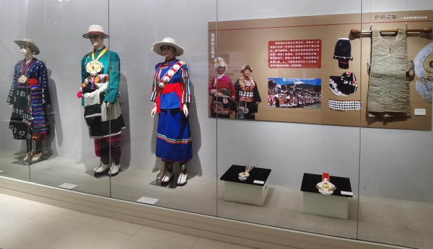 迪庆民族服饰展亮相红河州博物馆