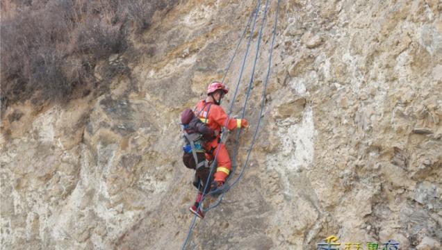 80岁老人被困山中,消防员……