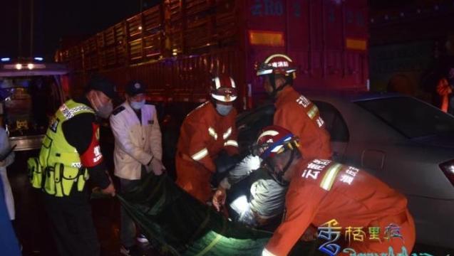 惊险!轿车追尾挂车,香格里拉多方联动救助被困司机