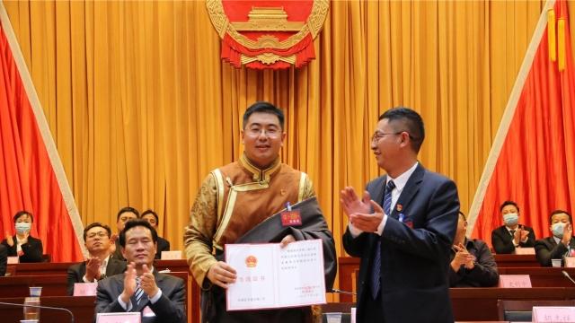 巨燕冬同志当选为香格里拉市人民政府市长