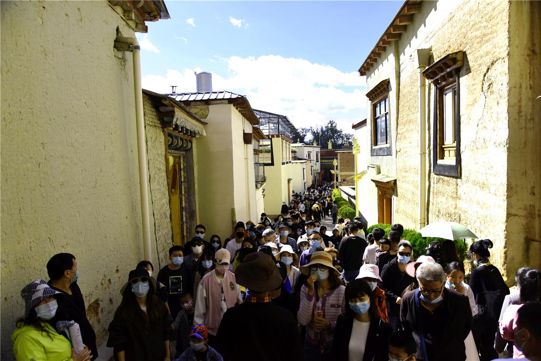 国庆假期松赞林景区游客爆满