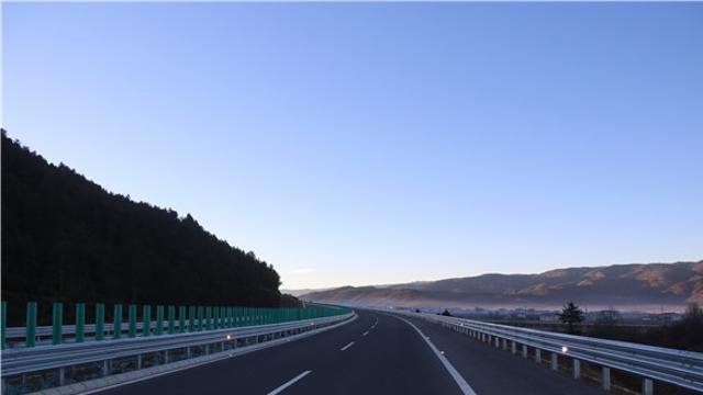 """云南迪庆:乡村公路""""拉来""""了群众好生活"""